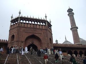 """Ανεβαίνοντας τα 35 σκαλοπάτια της Ανατολικής εισόδου στο """"Τζαμί όπου καθρεφτίζεται ο Κόσμος""""."""