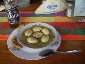 San Salvador, αυγά ιγκουάνας με σάλτσα κάρυ και μπύρα