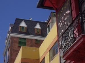 """Μείγμα διαφορετικών αρχιτεκτονικών σχολών. Ευτυχώς για τους Βολιβιάνους, η αισθητική """"Βωβός"""" δεν έχει φθάσει ακόμη στην La Paz..."""