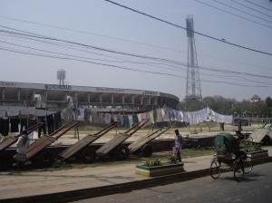 Άπλωμα ρούχων στο στάδιο της Chittagong, ανηφορίζοντας την Nur Ahmad, στο ύψος της Shahid Khaled & του Μνημείου Zia