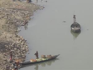 Αφήνοντας την Calcutta, τα σύνορα και την μεθοριακή Benapol, η πρόσβαση στην Dhaka απαιτεί και φέρρυ σε μια γραφική διαδρομή