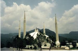Το τζαμί του Faisal στο Islamabad ήταν ως το 1993 το μεγαλύτερο στον κόσμο. Στοίχισε 120 εκ. δολάρια, χωρά 74.000 κόσμο, οι μιναρέδες έχουν ύψος 90 μέτρων και είναι έργο του Τούρκου αρχιτέκτονα Vedat Dalokay.
