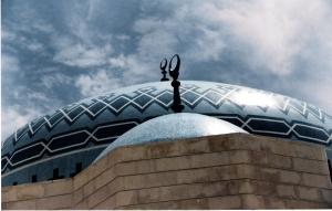 Από Καύκασο μέχρι Αφγανιστάν και Ινδονησία ακόμη, το μπλε χρώμα συμβολίζει για το Ισλάμ την προστασία (είτε ως θόλος ενός τζαμιού είτε ως ουρανός που εδώ φαίνεται ως προέκταση της οροφής...)