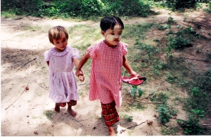 ξυπόλητα και με φυσικό αντιηλιακό (τάνακα) στη Βιρμανία