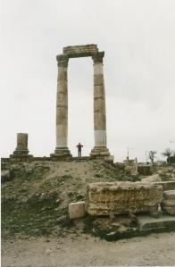 Η αφεντια μου ανάμεσα σε ρωμαϊκούς κίονες στην Ρωμαϊκή Ακρόπολη του Αμμάν