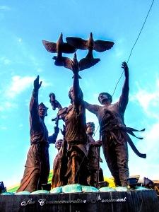 Στο Μνημείο Ειρήνης και Ενότητας του Μιντανάο.