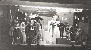 """""""Πλούτος"""" του Αριστοφάνη, σκηνοθεσία Κάρολου Κουν, Κολλέγιο Αθηνών, 1932 (φωτογραφία: συλλογή Ντίμη Αργυρόπουλου)."""