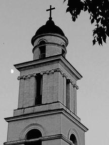 Γέμισμα σελήνης πίσω από το καμπαναριό του καθεδρικού της Γεννήσεως του Χριστού στο Τσισινάου.  25.07.2015.